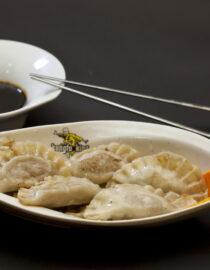 Colţunaşi de porc - Aperitive şi salate - Restaurantul cu specific chinezesc, KungFu King, cu livrare la domiciliu vă oferă cea mai bună mâncare chinezească din Bucuresti, fapt confirmat de clienţii noştri. Acum puteţi face comanda online şi vă puteţi, astfel, bucura de ofertele speciale oferite de restaurantul chinezesc KungFu King din Bucureşti.