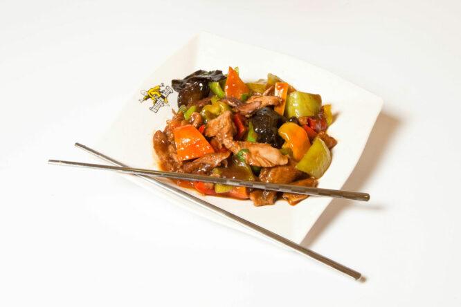 Pui cu legume - Pui şi Raţă - Restaurantul cu specific chinezesc, KungFu King, cu livrare la domiciliu vă oferă cea mai bună mâncare chinezească din Bucureşti, fapt confirmat de clienţii noştri. Acum puteţi face comanda online şi vă puteţi, astfel, bucura de ofertele speciale oferite de restaurantul chinezesc KungFu King din Bucureşti.