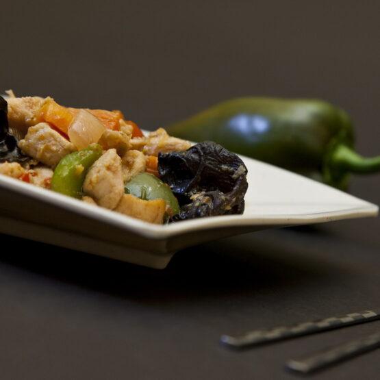 Pui picant - Pui şi Raţă - Restaurantul cu specific chinezesc, KungFu King, cu livrare la domiciliu vă oferă cea mai bună mâncare chinezească din Bucureşti, fapt confirmat de clienţii noştri. Acum puteţi face comanda online şi vă puteţi, astfel, bucura de ofertele speciale oferite de restaurantul chinezesc KungFu King din Bucureşti.