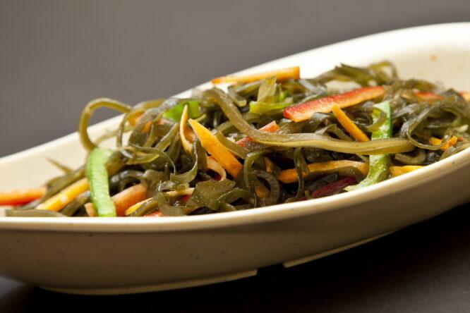 Salată de alge - Aperitive şi salate - Restaurantul cu specific chinezesc, KungFu King, cu livrare la domiciliu vă oferă cea mai bună mâncare chinezească din Bucureşti, fapt confirmat de clienţii noştri. Acum puteţi face comanda online şi vă puteţi, astfel, bucura de ofertele speciale oferite de restaurantul chinezesc KungFu King din Bucureşti.