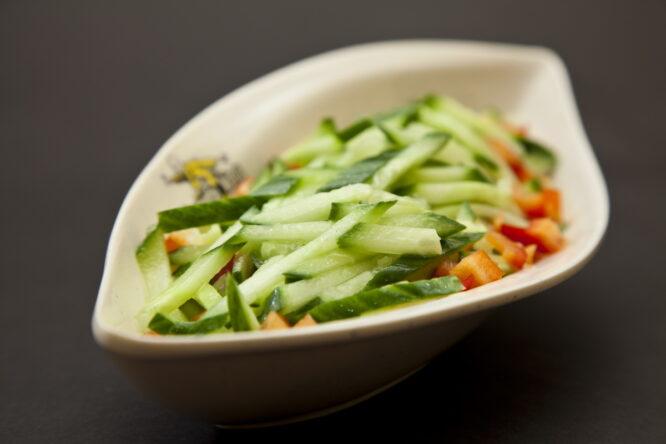 Salată de castraveţi cu usturoi - Aperitive şi salate - Restaurantul cu specific chinezesc, KungFu King, cu livrare la domiciliu vă oferă cea mai bună mâncare chinezească din Bucureşti, fapt confirmat de clienţii noştri. Acum puteţi face comanda online şi vă puteţi, astfel, bucura de ofertele speciale oferite de restaurantul chinezesc KungFu King din Bucureşti.