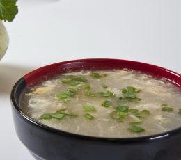 Supă de pui - o supă delicioasă şi gustoasă, un deliciu alcătuit din legume proaspete, din măiestria bucătarilor Huan, Noa şi Shu Shu şi bineînteles din nelipsitele condimente chinezeşti. Vă invităm să încercaţi acest preparat deosebit, fie la comanda online, fie în restaurantele KungFu King din Bucureşti. Comandaţi acum supă de ciuperci, iar noi vă vom oferi gratuit serviciul de livrare mâncare chinezească la domiciliu.