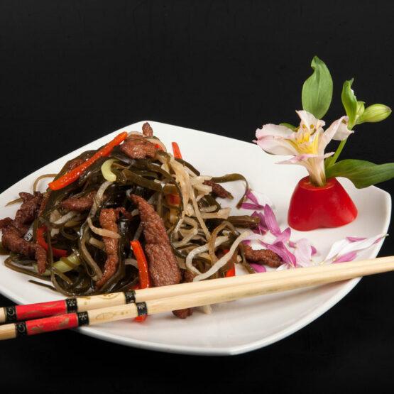 Vită cu alge şi ţelină - Vită - Restaurantul cu specific chinezesc, KungFu King, cu livrare la domiciliu vă oferă cea mai bună mâncare chinezească din Bucureşti, fapt confirmat de clienţii noştri. Acum puteţi face comanda online şi vă puteţi, astfel, bucura de ofertele speciale oferite de restaurantul chinezesc KungFu King din Bucureşti.