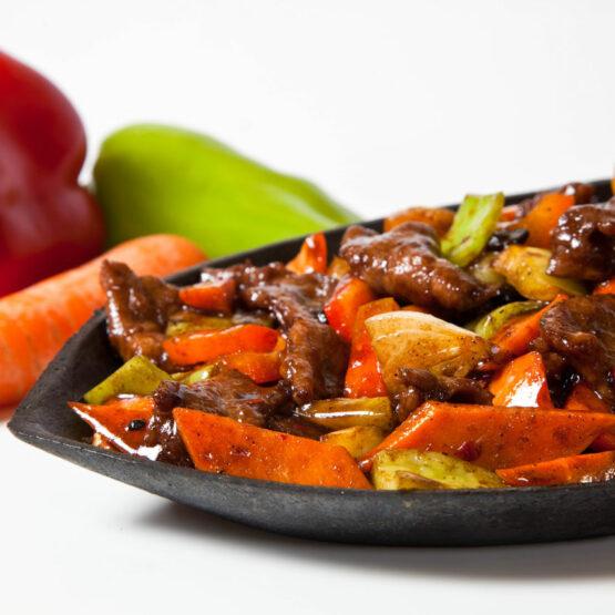 Vită pe plită încinsă - Vită - Restaurantul cu specific chinezesc, KungFu King, cu livrare la domiciliu vă oferă cea mai bună mâncare chinezească din Bucureşti, fapt confirmat de clienţii noştri. Acum puteţi face comanda online şi vă puteţi, astfel, bucura de ofertele speciale oferite de restaurantul chinezesc KungFu King din Bucureşti.