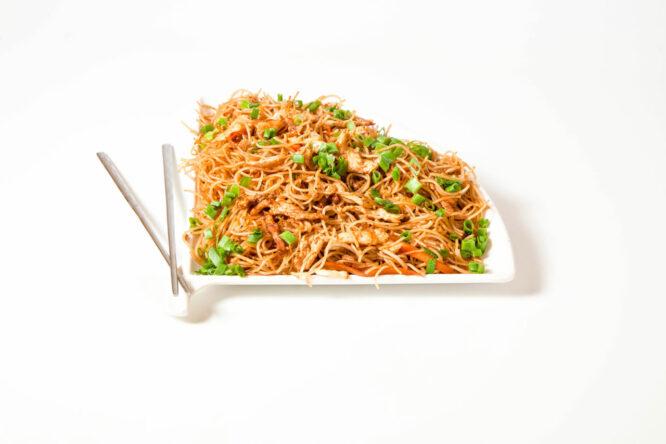 Noodles cu pui - Noodles - Restaurantul cu specific chinezesc, KungFu King, cu livrare la domiciliu vă oferă cea mai bună mâncare chinezească din Bucureşti, fapt confirmat de clienţii noştri. Acum puteţi face comanda online şi vă puteţi, astfel, bucura de ofertele speciale oferite de restaurantul chinezesc KungFu King din Bucureşti.