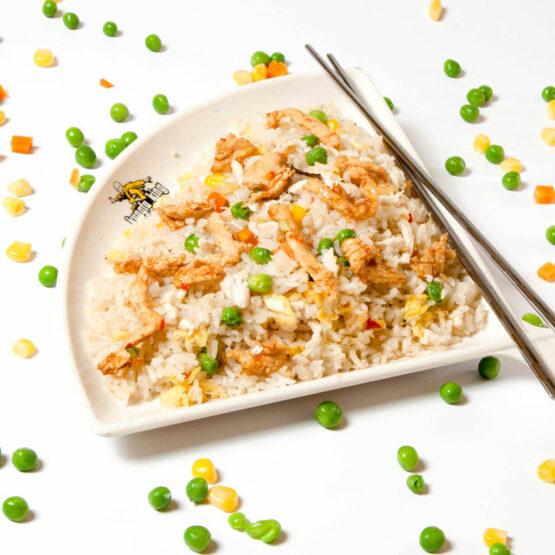 Orez cu pui – Garnituri - Restaurantul cu specific chinezesc, KungFu King, cu livrare la domiciliu vă oferă cea mai bună mâncare chinezească din Bucureşti, fapt confirmat de clienţii noştri. Acum puteţi face comanda online şi vă puteţi, astfel, bucura de ofertele speciale oferite de restaurantul chinezesc KungFu King din Bucureşti.