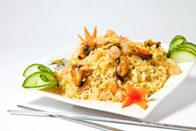Orez curry cu fructe de mare – Garnituri - Restaurantul cu specific chinezesc, KungFu King, cu livrare la domiciliu vă oferă cea mai bună mâncare chinezească din Bucureşti, fapt confirmat de clienţii noştri. Acum puteţi face comanda online şi vă puteţi, astfel, bucura de ofertele speciale oferite de restaurantul chinezesc KungFu King din Bucureşti.