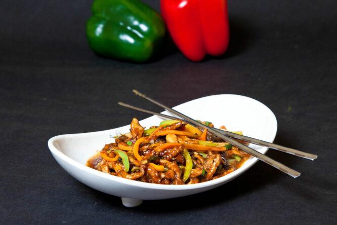 Porc cu 3 arome - Porc - Restaurantul cu specific chinezesc, KungFu King, cu livrare la domiciliu vă oferă cea mai bună mâncare chinezească din Bucureşti, fapt confirmat de clienţii noştri. Acum puteţi face comanda online şi vă puteţi, astfel, bucura de ofertele speciale oferite de restaurantul chinezesc KungFu King din Bucureşti.