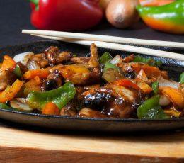 Porc pe plită încinsă - Porc - Restaurantul cu specific chinezesc, KungFu King, cu livrare la domiciliu vă oferă cea mai bună mâncare chinezească din Bucureşti, fapt confirmat de clienţii noştri. Acum puteţi face comanda online şi vă puteţi, astfel, bucura de ofertele speciale oferite de restaurantul chinezesc KungFu King din Bucureşti.