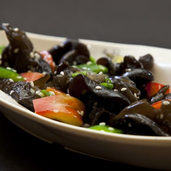 Salată de urechi de lemn cu usturoi - Aperitive şi salate - Restaurantul cu specific chinezesc, KungFu King, cu livrare la domiciliu vă oferă cea mai bună mâncare chinezească din Bucureşti, fapt confirmat de clienţii noştri. Acum puteţi face comanda online şi vă puteţi, astfel, bucura de ofertele speciale oferite de restaurantul chinezesc KungFu King din Bucureşti.