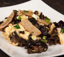 Porc Mu Shu - Porc - Restaurantul cu specific chinezesc, KungFu King, cu livrare la domiciliu vă oferă cea mai bună mâncare chinezească din Bucureşti, fapt confirmat de clienţii noştri. Acum puteţi face comanda online şi vă puteţi, astfel, bucura de ofertele speciale oferite de restaurantul chinezesc KungFu King din Bucureşti.